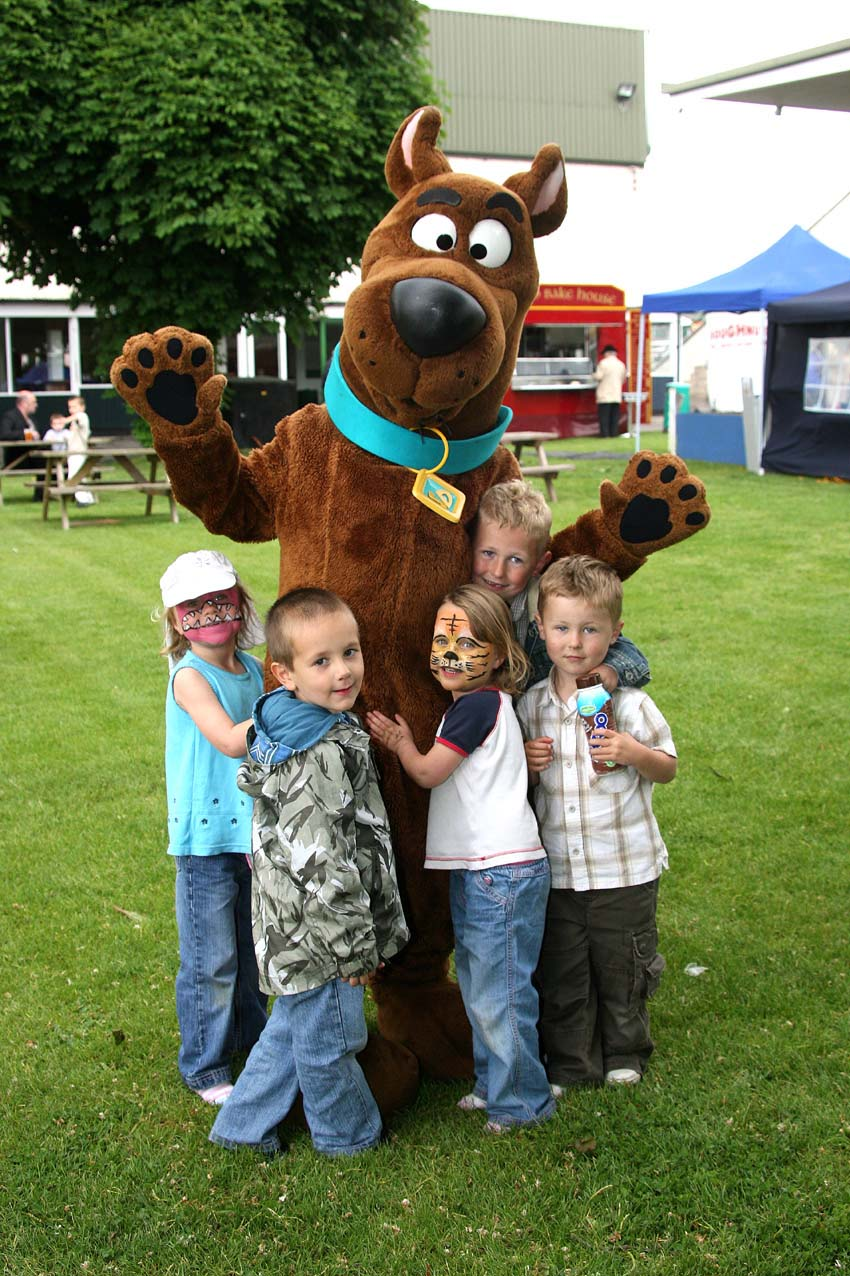 Scooby-Doo mascot meets a group of young fans